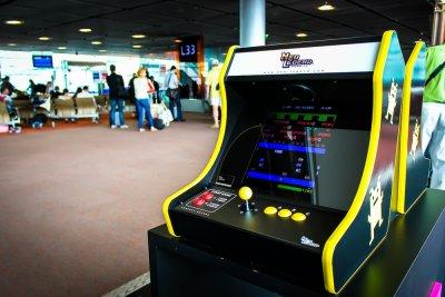 l a roport roissy charles de gaulle accueille des bornes d 39 arcade avec des jeux cultes. Black Bedroom Furniture Sets. Home Design Ideas
